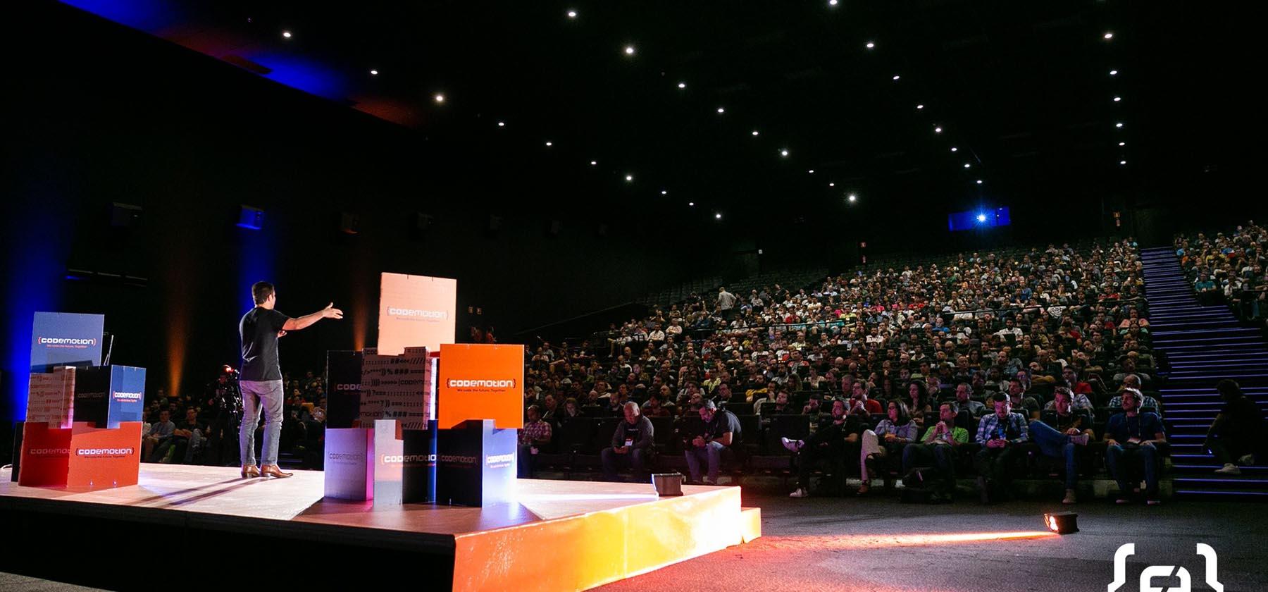 Vista desde el escenario del auditorio lleno en Codemotion 2019