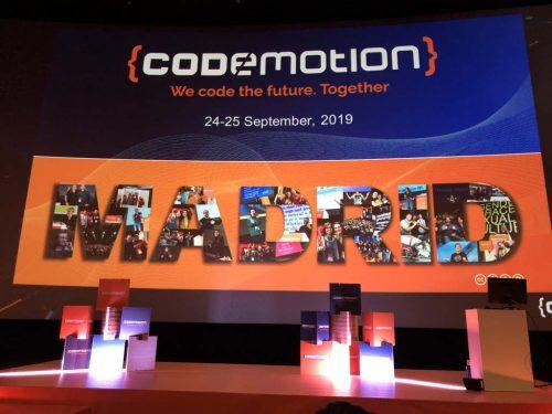 Escenario principal de Codemotion Madrid con pantalla gigante