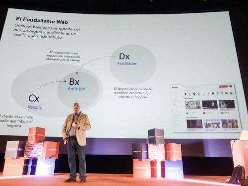 Javier Vélez en el escenario de Codemotion Madrid 19 con la slide: El Feudalismo Web