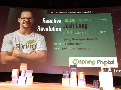 Josh Long en el escenario de Codemotion Madrid 2019 con la primera slide de su presentación (foto, título, twitter y e-mail)
