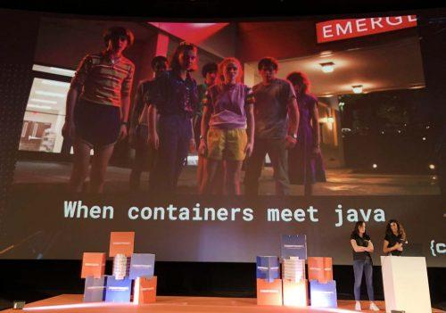 """Katia y Aurea en el escenario de Codemotion Madrid 2019. Slide: """"When containers meet java"""", con imagen de fondo de Stranger Things 3"""