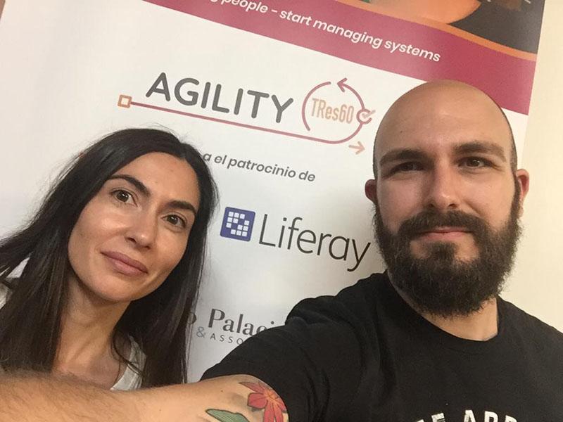 Cris y Guille posando en el rollup del evento Agility TRes60