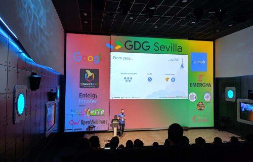 Alejandro Gómez en el escenario de DevFest con su ponencia sobre Machine Learning