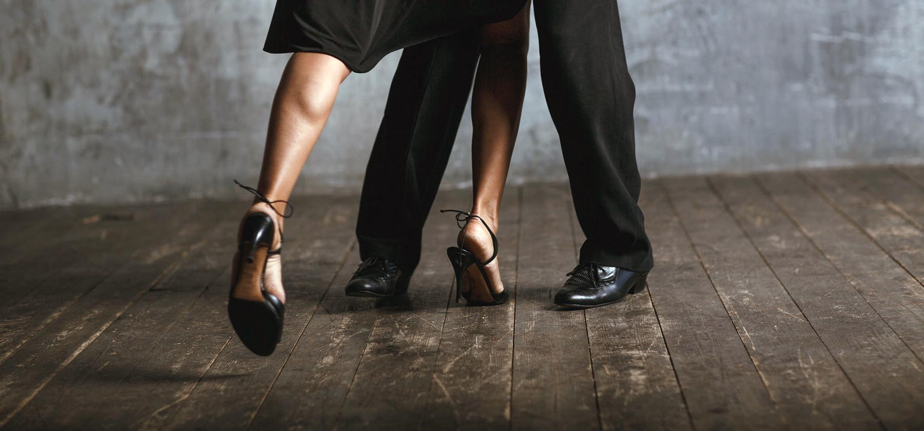 pies de una pareja bailando un tango